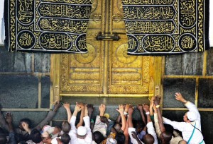 Hajjis touching door of Kaba 2015