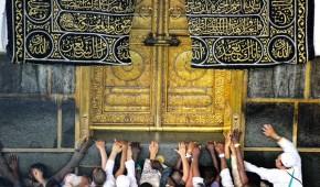 Hajjis touching door of Kaba 2015