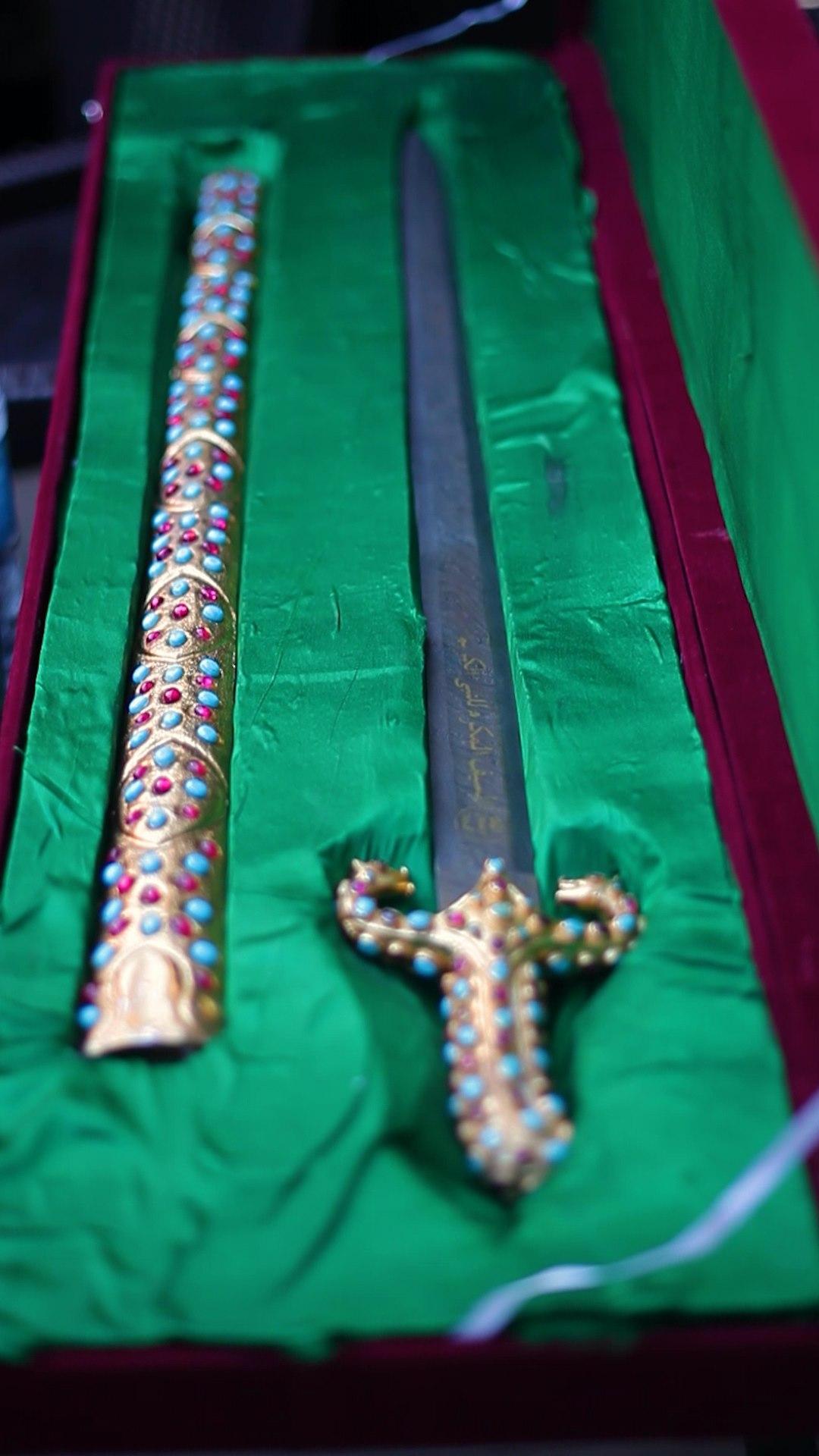 """المأثُوُر، جسے """"المأثُوُر الفِجر"""" بھی کہا جاتا ہے، وہ تلوار ہے جو مَک..."""