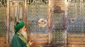 Shaykh Nurjan Mirahmadi in front of Rauza shareef, Madina