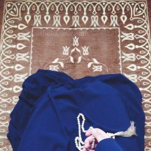 lady praying on carpet w tasbih meditation tafakkur dua salah
